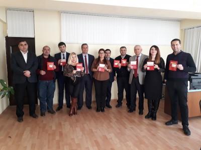 """Jurnalistika fakültəsinin dekanı Vüqar Əliyevə """"Beynəlxalq media vəsiqəsi""""  ..."""